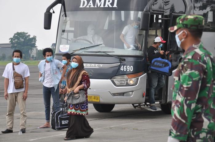 Sejumlah petugas medis Gugus Tugas Percepatan Penanganan COVID-19 Sumatera Utara mengawasi proses ketibaan Tenaga Kerja Indonesia (TKI) di ruang karantina di Pangkalan Udara Militer (Lanud) Soewondo Medan, Sumatera Utara, Jumat (10/4/2020). Sebanyak 389 TKI yang berasal dari berbagai daerah di Sumatera Utara dan sekitarnya yang dipulangkan dari Malaysia ini akan menjalani proses karantina sementara waktu guna mengantisipasi penularan COVID-19 sebelum dipulangkan ke daerahnya masing-masing. ANTARA FOTO/Septianda Perdana/wsj.