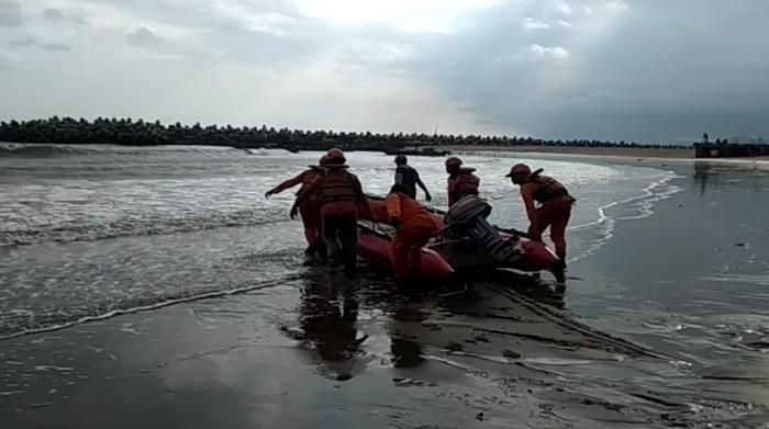 Petugas lakukan pencarian dua remaja yang tenggelam di Palabuhanratu