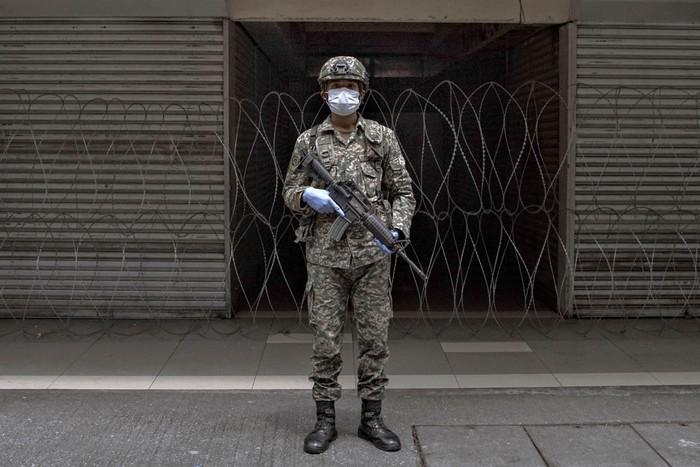 Potret ragam profesi yang turut berjuang di garda terdepan saat pandemi Corona guna membantu kehidupan masyarakat saat di rumah saja. Siapa dia? Tenaga medis, tentara hingga jurnalis.