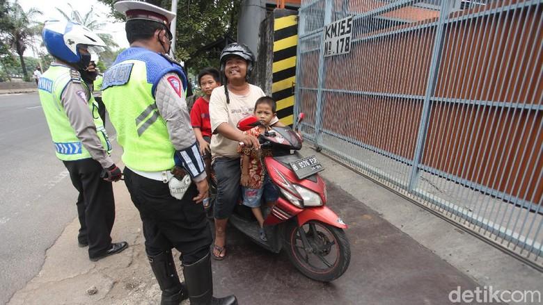 PSBB mulai diterapkan di kawasan Jakarta. Polisi dan Dishub DKI pun memberikan imbauan pada warga untuk kenakan masker dan terapkan social distancing.