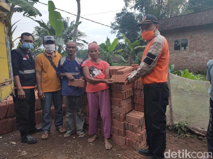 Keprihatinan keluarga Abdul Rasyid mengundang simpati pihak kepolisian. Ia dan keluarganya tinggal di bekas kandang sapi di Dusun Sumberwaru, Desa Sumberkalong, Kecamatan Kalisat