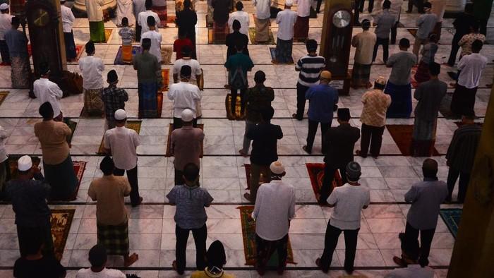 Pelaksanaan salat Jumat tetap digelar di salah satu masjid di Kudus. Meski begitu, masjid itu terapkan pembatasan sosial guna cegah penyebaran COVID-19.