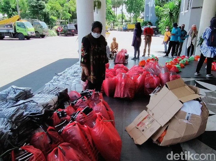 Pemkot Surabaya mendistribusikan Alat Pelindung Diri (APD) untuk tenga medis ke puluhan rumah sakit. Pembagian APD ini untuk menunjang kinerja dan melindungan tenaga medis saat menangani pasien Corona.