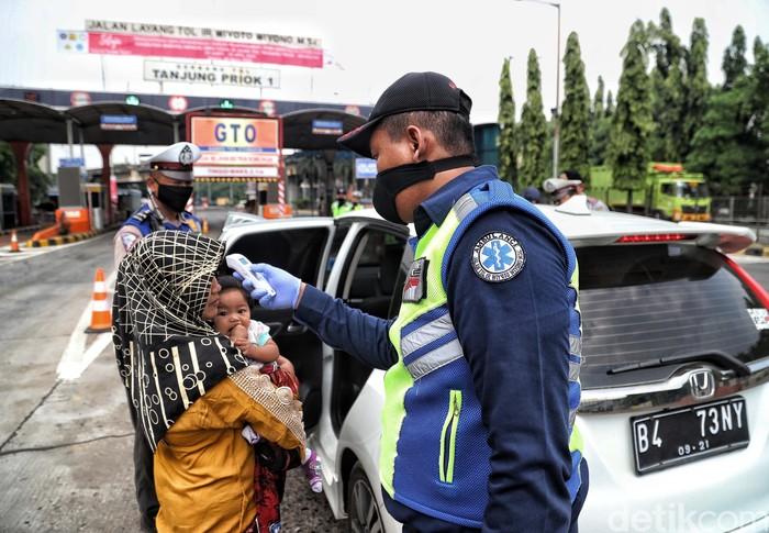Pembatasan Sosial Berskala Besar diterapkan di seluruh wilayah DKI Jakarta. Petugas gabungan dikerahkan untuk awasi penerapan PSBB di utara Jakarta.