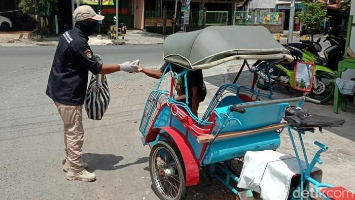 Pembagian bantuan terdampak Corona oleh Korpri Purworejo
