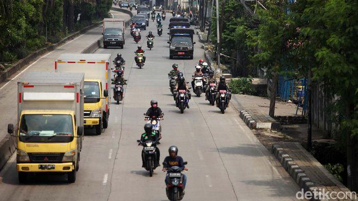 Petugas gabungan patroli di hari pertama Pembatasan Sosial Berskala Besar (PSBB) di Daan Mogot, Jakbar. Mereka membubarkan massa yang berkerumun.
