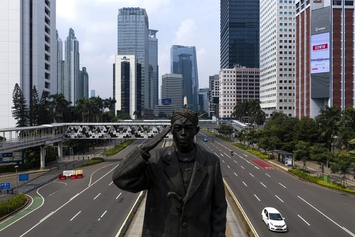 Sejumlah kendaraan melintas di Jalan Jenderal Sudirman, Jakarta Pusat, Jumat (10/4/2020). Pemprov DKI Jakarta mulai memberlakukan Pembatasan Sosial Berskala Besar (PSBB) selama 14 hari dimulai pada 10 April hingga 23 April 2020.  ANTARA FOTO/Sigid Kurniawan/pras.