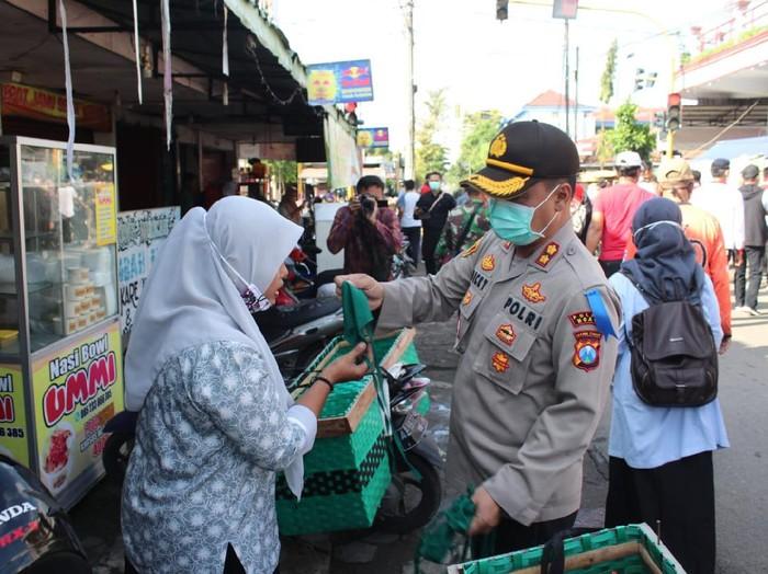 Berbagai upaya dilakukan untuk mencegah penyebaran virus Corona. Di Jalan Raya Mantingan, Ngawi, perbatasan Jatim-Jateng, polisi memeriksa setiap pengendara.