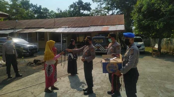 Polisi di Aceh bagi masker ke warga (dok. Istimewa)
