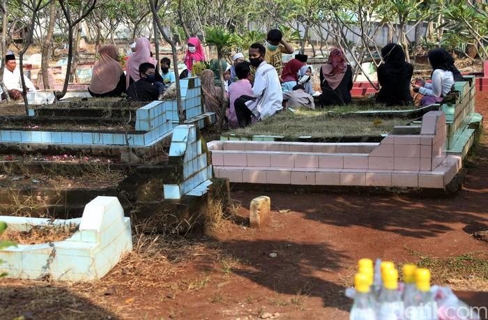 Sejumlah warga di Bekasi berziarah ke kuburan kerabat di tengah pandemi virus Corona yang tengah melanda Indonesia. Hal itu dilakukan guna sambut bulan Ramadhan