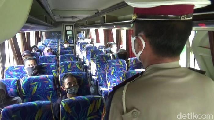 Petugas memberi sosialisasi kepada penumpang angkutan umum
