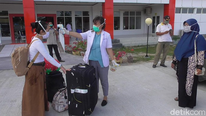 Irma Lestari memutuskan menjalani karantina di Rumah Sakit (RS) Pratama Wonomulyo Kabupaten Polewali Mandar, Sulawesi Barat.