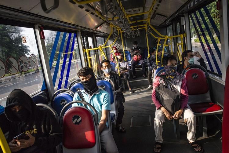 Pembatasan Sosial Berskala Besar (PSBB) mulai diterapkan Jumat (10/4) ini di Jakarta. Pembatasan itu juga berlaku pada transportasi publik di ibu kota.