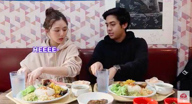 Model Korea makan pakai tangan