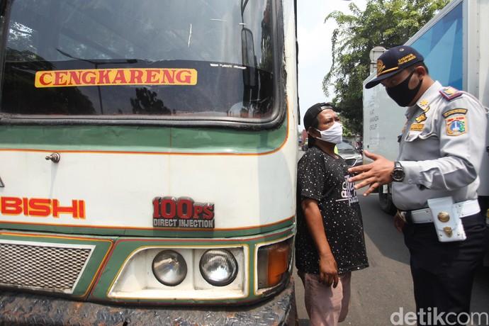 Polisi dan Dishub tak hanya lakukan pengawasan terkait penerapan PSBB di kawasan Jakarta. Petugas juga turut siaga mengawasi aktivitas para pengendara di jalan