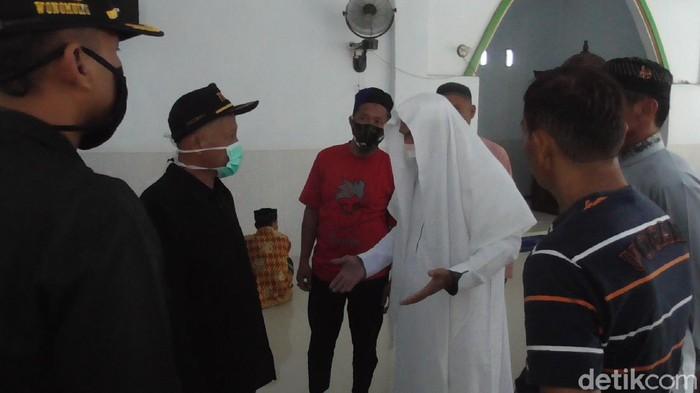 Petugas dan jemaah yang hendak sholat Jumat di Polman adu mulut (Abdy Febriady/detikcom)