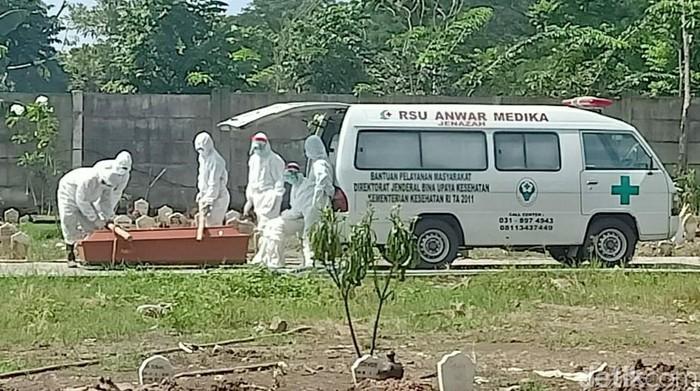 Seorang PDP dan pasien positif Corona yang dirawat di rumah sakit rujukan di Sidoarjo meninggal dunia. Keduanya dimakamkan di TPU Delta Praloyo, Sidoarjo.