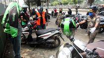 Hari Pertama PSBB, Petugas Bubarkan Kerumunan di Daan Mogot