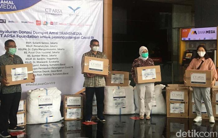 CT ARSA Foundation dan Dompet Amal Transmedia menyalurkan donasi untuk kebutuhan tim medis penanganan COVID-19 ke 8 rumah sakit dan 1 puskesmas.