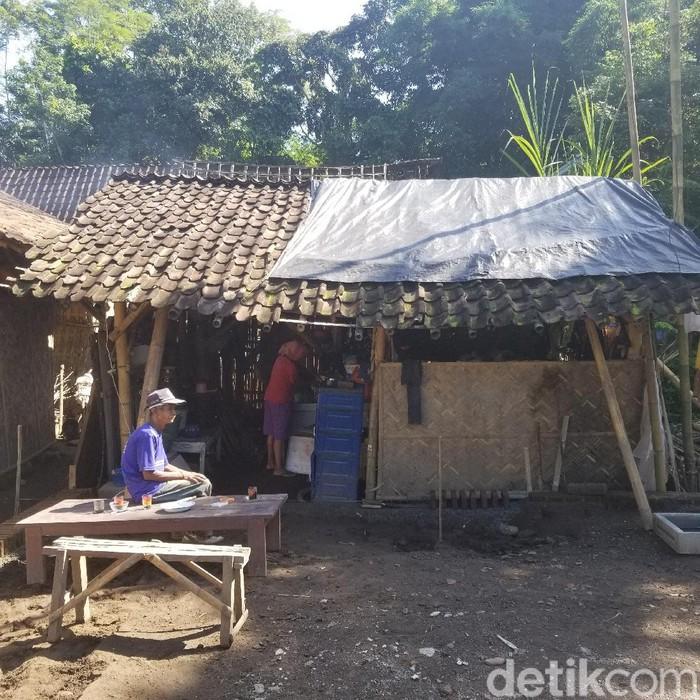 Sudah sebulan Abdul Rasyid dan keluarganya tinggal di bekas kandang sapi. Mereka terpaksa tinggal di sana karena rumahnya roboh disapu puting beliung.