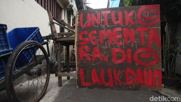 Penerapan Pembatasan Sosial Berskala Besar juga membuat kampung-kampung di Jakarta menutup akses masuk ke wilayahnya, begini potretnya.
