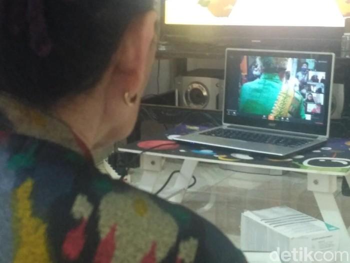 Keluarga saksikan akad nikah via online
