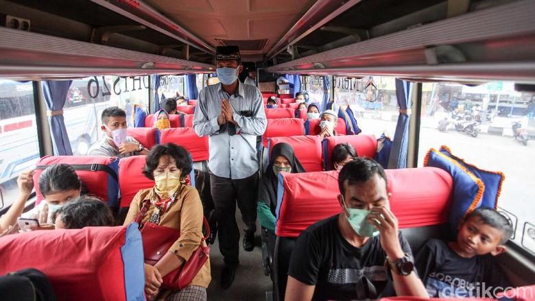 Begini kondisi Terminal Kalideres, Jakarta Barat saat penerapan PSBB hari pertama, Jumat (10/4/22020). Nampak beberapa warga memilih untuk tetap mudik.