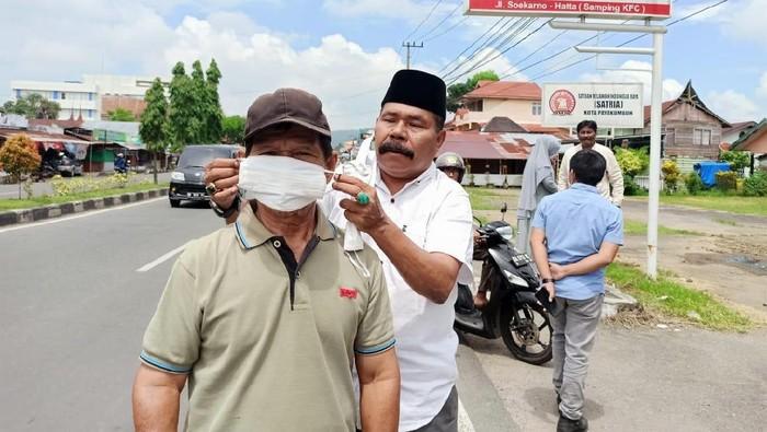Gerindra Sumbar bagi masker