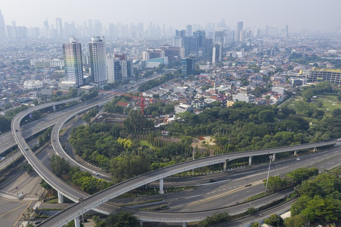 Foto udara lalu lintas kendaraan menuju Jakarta di tol slipi, Jakarta, Jumat (10/4/2020). Dalam rangka percepatan penanganan COVID-19, Pemprov DKI Jakarta menerapkan Pembatasan Sosial Berskala Besar (PSBB) yang mulai berlaku Jumat (10/4) hingga 14 hari kedepan. ANTARA FOTO/Nova Wahyudi/pras.
