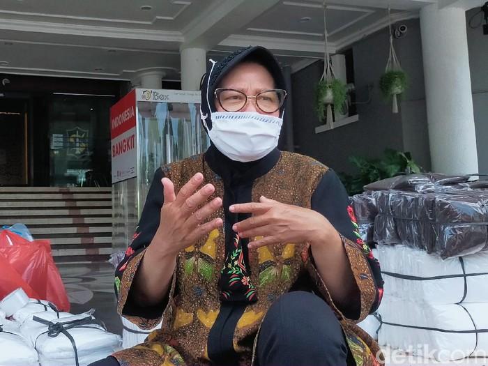 Masih banyak warga yang nongkrong di warung-warung kopi meski virus Corona mewabah. Wali Kota Surabaya Tri Rismaharini mengimbau pemilik warung menjalankan protokol kesehatan.