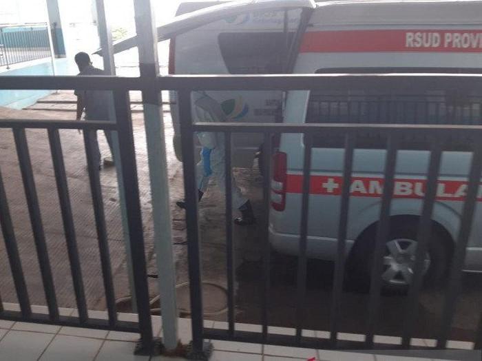Wali Kota Tanjungpinang, Provinsi Kepri Syahrul, Sabtu (11/4/2020) dibawa dengan menggunakan mobil ambulans menuju RSUD Raja Ahmad Tabib Tanjungpinang