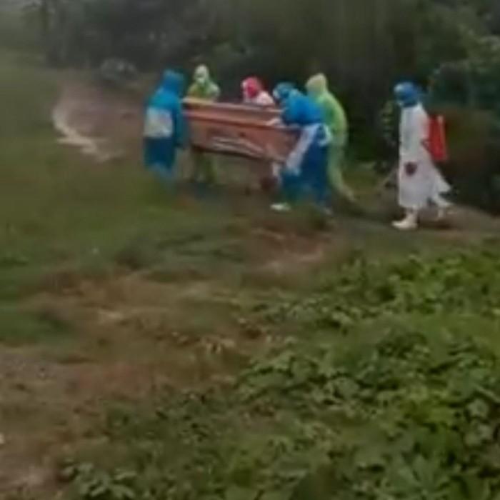 pemakaman pasien corona di tengah hujan kendari