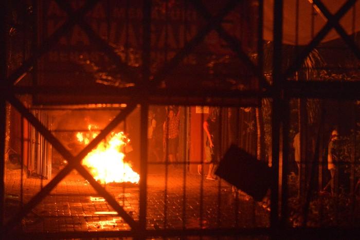 Ratusan Polisi melakukan barikade ketika berupaya masuk untuk menertibkan narapidana saat terjadinya kerusuhan di Lembaga Pemasyarakatan (Lapas) Kelas IIA Manado, Tuminting, Manado, Sulawesi Utara, Sabtu (11/4/2020). Sejumlah narapidana melakukan perlawanan dan pembakaran beberapa ruang di dalam lapas, belum diketahui motif para napi melakukan kerusuhan tersebut. ANTARA FOTO/Adwit B Pramono/wsj.