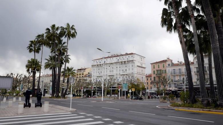 Foto di jalanan Cannes, Prancis pada 25 Maret. Jalanan terlihat kosong setelah Prancis mengumumkan lockdown untuk mengurangi penyebaran Corona.