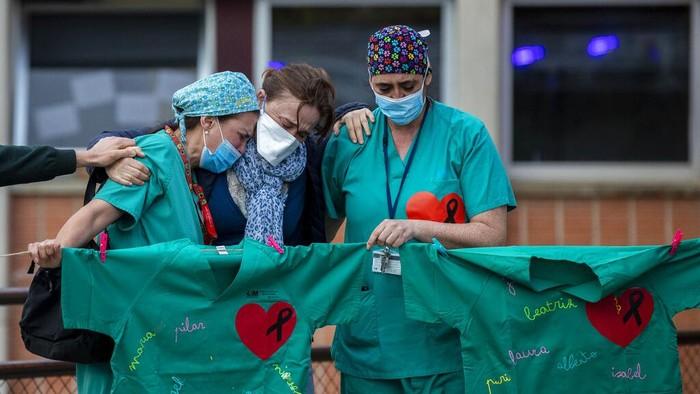 Rumah Sakit Severo Ochoa  di Leganes, Spanyol, memberikan penghormatan terakhir untuk rekan mereka yang gugur akibat virus Corona atau COVID-19.