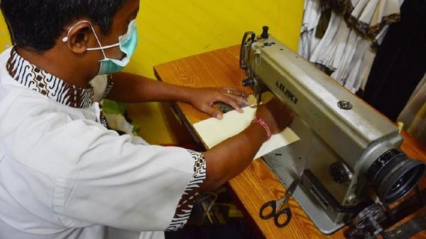 Masker wajah jahitan sendiri yang diproduksi oleh tim penjahit yang terampil di bawah Departemen Housekeeping.