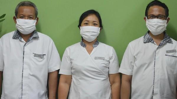Masker ini didistribusikan kepada karyawan resor, keluarga mereka dan masyarakat setempat.