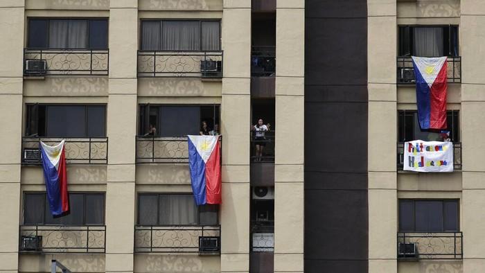Bendera Filipina dikibarkan warga selama masa karantina Corona. Hal itu sebagai apresiasi pada para pahlawan yang berada di garis depan perang lawan COVID-19.