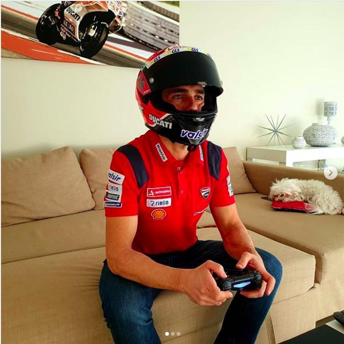 Pebalap Ducati Main PS Pakai Helm Indonesia