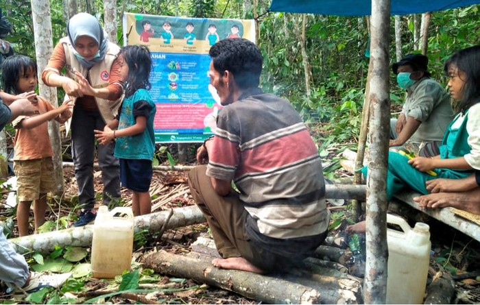Petugas kesehatan dari Puskesmas dan PT Lestari Asri Jaya (LAJ) memberikan edukasi mengenai COVID-19 dan cara pencegahan kepada warga Suku Anak Dalam, di Tebo, Jambi, Minggu (12/4). Selain memberikan edukasi, PT LAJ anak usaha PT Royal Lestari Utama perusahaan pengelola Hutan Tanaman Industri (HTI) Karet juga memberikan bantuan sembako, vitamin, serta perlengkapan pola hidup sehat, seperti sabun cuci tangan, sabun mandi, pasta gigi dan kebutuhan hidup lainnya kepada Suku Anak Dalam (SAD) yang tengah melakukan besesandingon yaitu adat warga SAD untuk bermukim (mandah) di dalam hutan guna menghindari wabah penyakit.