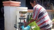 Terapkan Kearifan Lokal, Karta Ini Siapkan Wadah Cuci Tangan di Depan Rumah