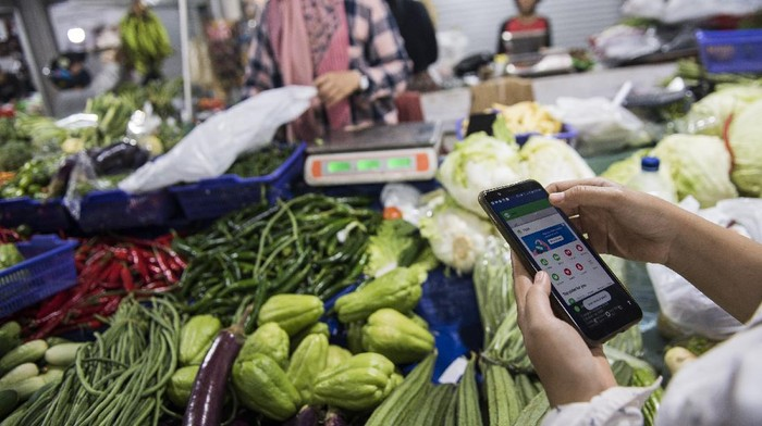 Belanja online jadi alternatif untuk memenuhi kebutuhan sehari-hari selama pembatasan sosial imbas Corona. Hal itu diharapkan dapat cegah penyebaran COVID-19.