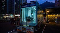 Truk Ini Dirombak Jadi Tempat Les Piano Keliling di Hong Kong
