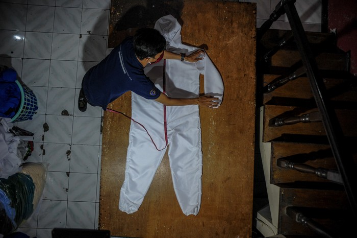 Sejumlah pelaku usaha konveksi di Kota Bandung beralih produksi dari kaos distro menjadi alat pelindung diri (APD). Yuk, lihat proses pembuatannya.
