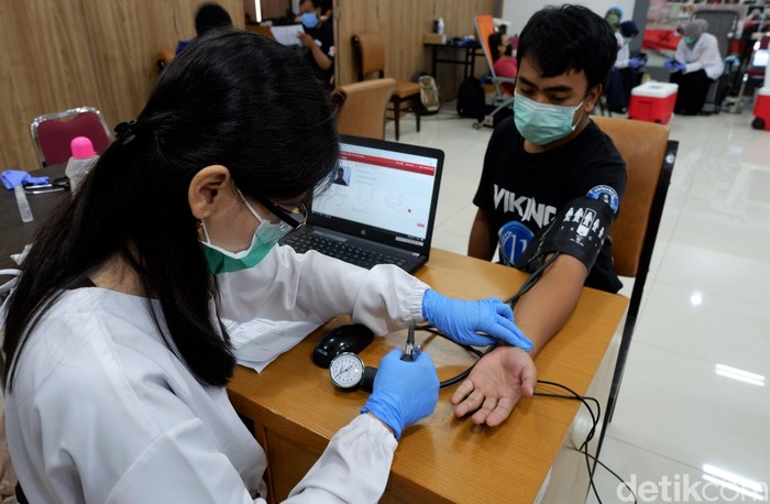 PMI Kota Bandung mulai menerapkan physical distancing atau pembatasan fisik untuk mencegah penyebaran virus Corona. Seperti apa potretnya? Yuk, lihat.
