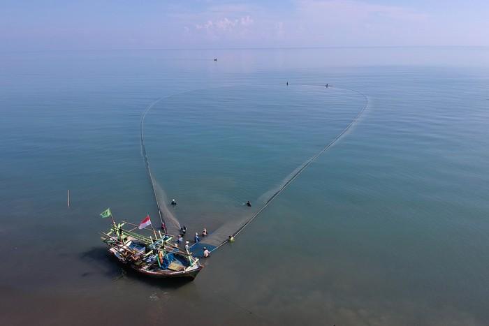 Sejumlah nelayan beraktivitas di sekitar pantai Tiris, Indramayu. Adanya perubahan arus laut imbas perubahan musim membuat hasil tangkapan nelayan menurun.