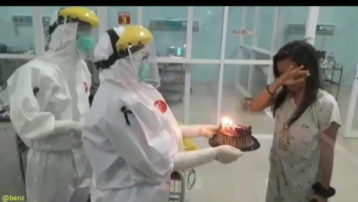 Momen haru PDP di Banjar mendapat kejutan ulang tahun dari paramedis