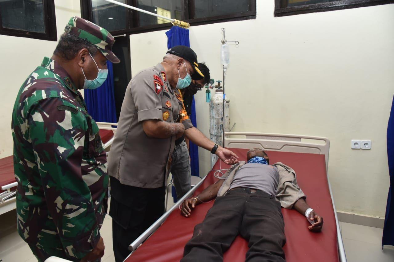 Kapolda Papua dan Pangdam Cenderawasih menjenguk 3 anggota Polres Memberamo Raya yang dirawat di RS Bhayangkara Jayapura (dok. Istimewa)