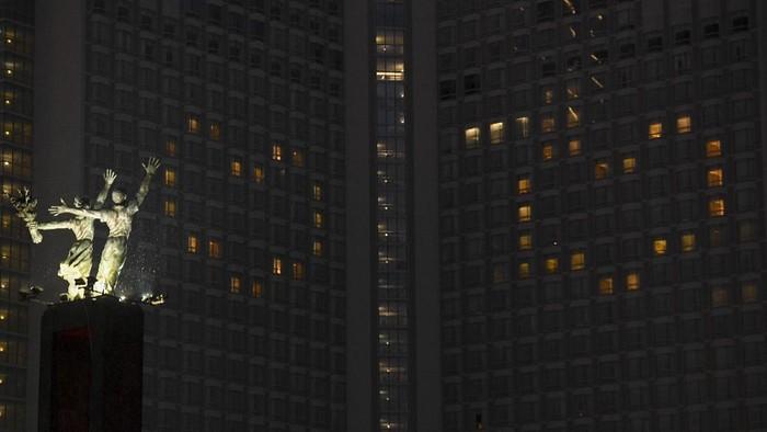 Hotel Grand Hyatt menyalakan lampu-lampu kamarnya membentuk lambang hati di kawasan Bundaran HI, jakarta, Senin (13/4/2020). Aksi itu dilakukan sebagai bentuk ungkapan cinta terhadap para tenaga medis yang berjuang di garis terdepan dalam penangan COVID-19 di Indonesia. ANTARA FOTO/Hafidz Mubarak A/wsj.