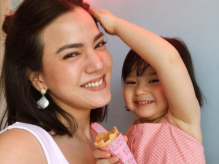 Alice Norin bersama putrinya, Alita